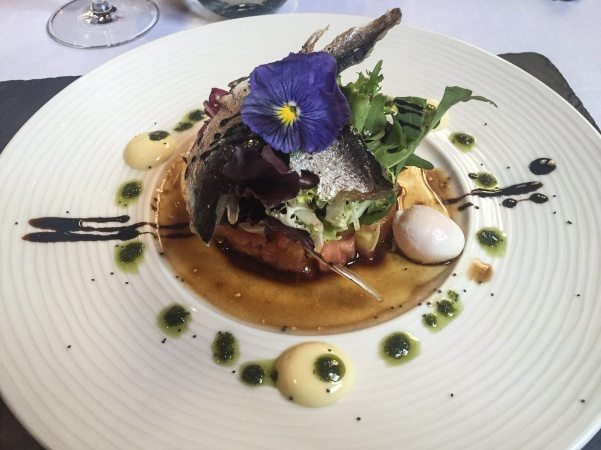 Ensalada de sardinas marinadas con tartar de tomate y pesto
