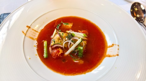 Raviolis de pollo y cilandro con sopa fría de tomate
