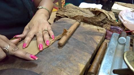 23. Se prepara y corta el pañuelo con el sobrante
