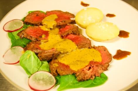 Falso Roastbeef con ensalada de espinaca, crema de caza y toque blanco