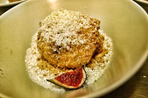 Helado de Strachatella apanado en coco con tierra de galleta, café y chocolate blanco